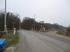 Einer der unbeschrankten Bahnübergänge bei Kolbaskowo (Bild A.M.)