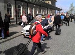 Brauchten Geduld: Reisende mussten auf SEV-Busse ausweichen. Wer es eilig hatte nahm ein Taxi (Foto: A. Schwarze)