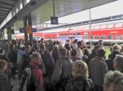Überfüllter Bahnsteig: Warten auf die S-Bahn am Bhf. Berlin Gesundbrunnen (Foto: A. Schwarze)