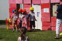 Die Kinder spielen die Baumaßnahmen an der Kita nach. Bild A.M.