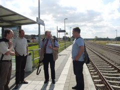 Begrüßung der Gäste auf dem Tantower Bahnhof (v.l.n.r. Marcel Drews, Andreas Schwarze, Karl-Peter Naumann, Frank Gotzmann) (Foto: A.M.