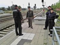 Deutsche u. polnische beamte bei einer Kontrolle am Haltepunkt Tantow. Symbolbild: asc