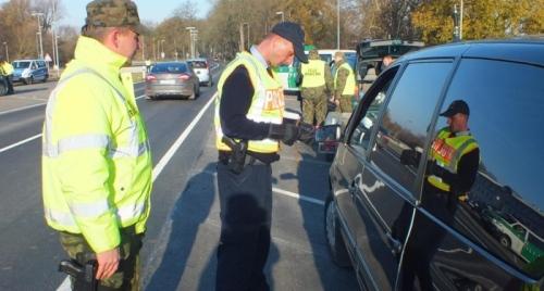Bundespolizei und Polnischer Grenzschutz bei gemeinsamer Kontrolle (Bild Archiv gemeinde-tantow.de)