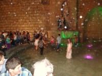 Planschbecken: Jugendliche, vor allem junge Frauen, nutzten einen Springbrunnen als Tanzfäche (Foto: A. Schwarze)