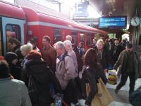 Bahnhof Berlin Gesundbrunnen: Schon rund 20 Min. vor der Abfahrt - Triebfahrzeug völlig überfüllt (Foto: A. Schwarze)
