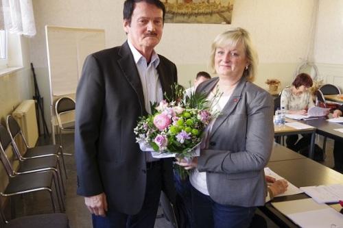 Bürgermeister Burkhard Fleischmann (SPD) freut sich auf seine neue Stellvertreterin Evelin Wenzel (LINKE). Er übergab zur erfolgreichen Wahl einen Blumenstrauß. Foto: Andreas Schwarze/TWP