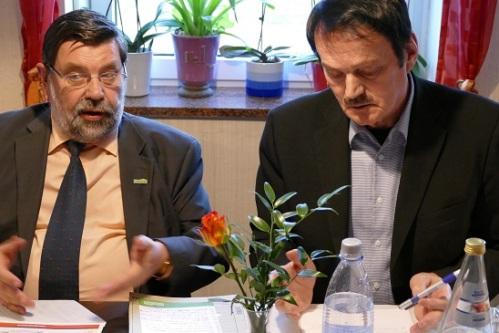 V.l.: Landrat Dietmar Schulze und der Gartzer Bürgermeister Burkhard Fleischmann (beide SPD) hatten zum Dialog zur Landratswahl eingeladen. Nur wenige Gartzer waren der Einladung gefolgt. Foto: Andreas Schwarze/TWP