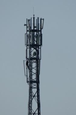 Seit dem 18. April sind Techniker am Funkturm Tantow mit Umbauarbeiten an den o2-Antennen beschäftigt. Foto: Andreas Schwarze/TWP