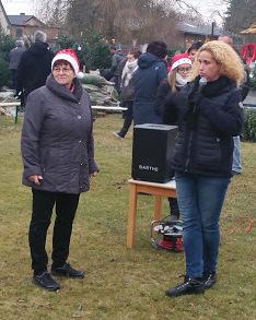 Kitaleiterin (links) und Schulleiterin (rechts) eröffnen den Weihnachtsmarkt (Bild J.M.)