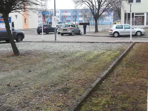 Die Polizei bei der Unfallaufnahme. Der Unfall ereignette sich gegen 09:15 Uhr, etwa 10 Minuten später traf die Landespolizei ein. Foto: asc