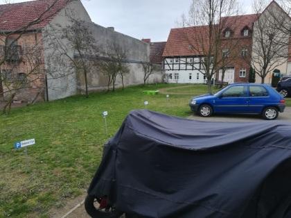 Für Mieter des Seniorengerechten Wohnen fallen auf derer Innenhof Parkflächen weg. Foto: A.M.
